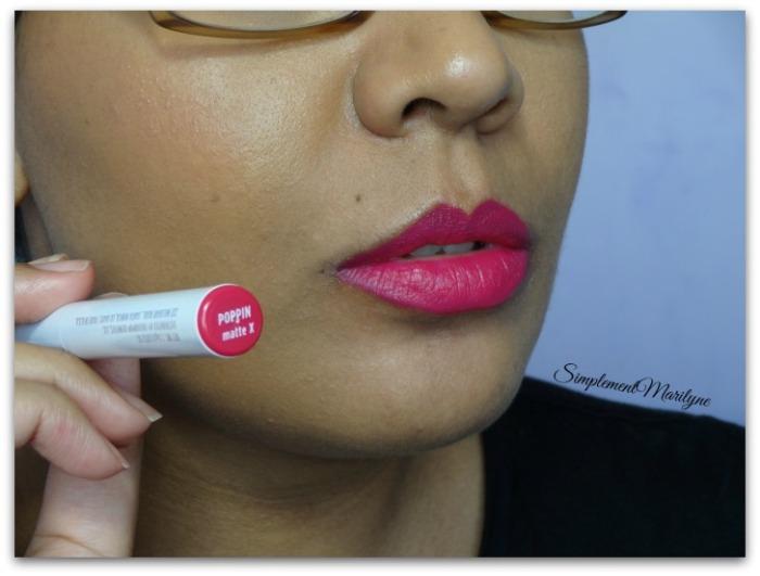 Swatch lippie stix poppin matte x colourpop teinte parfaite été summer rouge à lèvres simplement marilyne