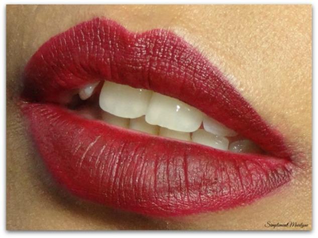 famous huda beauty liquid matte swatch peau métissée rouge à lèvres liquide matte simplement marilyne