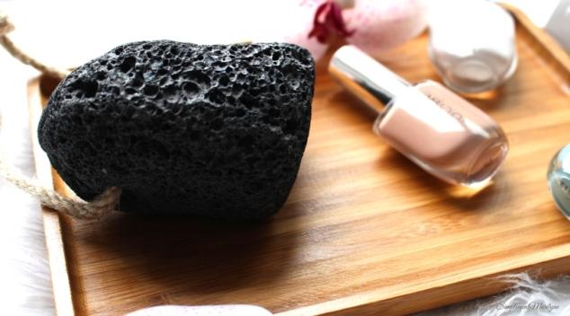 Pour pouvoir avoir de beaux pieds en été il te faudra les chouchouter avec quelques astuces simples avec la pierre volcanique